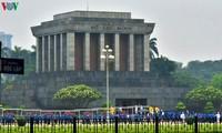 Ciudadanos y visitantes tributan honores a Ho Chi Minh en su Mausoleo