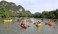 El complejo paisajístico de Trang An ofrece servicio de kayak a los turistas
