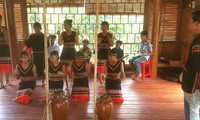 Clase privada de instrumentos musicales típicos para jóvenes de la etnia Ede