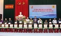 Entregan regalos a víctimas de la dioxina en la provincia de Kon Tum