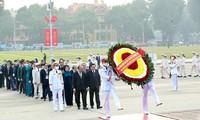 Participantes en el X Congreso Nacional de Emulación Patriótica homenajean al presidente Ho Chi Minh