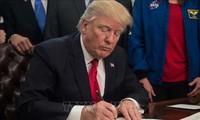 Trump firma proyecto de ley de gastos para evitar un cierre del Gobierno