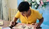 Un joven vietnamita emprende negocios con pinturas hechas de arroz