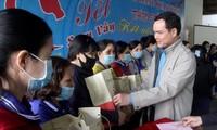 Confederación General del Trabajo de Vietnam regala 500 boletos de avión a trabajadores en ocasión del Tet