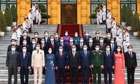 Acto de entrega de decisiones de nombramiento a los miembros del Gobierno vietnamita del nuevo mandato
