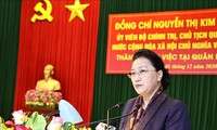 Nguyên Thi Kim Ngân travaille avec des responsables de la 4e Zone militaire