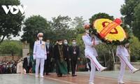 Truong Hoa Binh offre de l'encens en mémoire des rois Hùng et rend hommage au Président Hô Chi Minh