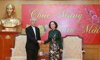 Truong Thi Mai travaille avec le président du Comité de solidarité catholique du Vietnam