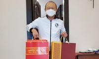 Football : le Premier ministre Nguyên Xuân Phuc offre des cadeaux du nouvel an  à Park Hang-seo