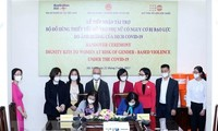 """Covid-19: 2.750 """"kits de dignité"""" offerts à des femmes vietnamiennes"""