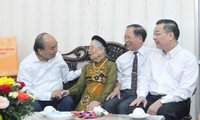 Nguyên Xuân Phuc offre des cadeaux à des familles des personnes méritantes