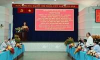 Nguyên Xuân Phuc assiste à une conférence avec les responsables de Cu Chi et de Hoc Môn
