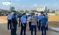 Covid-19: Vu Duc Dam inspecte les conditions sanitaires de certaines zones de confinement de la province de Bac Giang