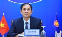Bùi Thanh Son s'entretient au téléphone avec son homologue singapourien