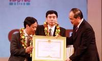 """พิธีมอบรางวัล """"ความคิดประดิษฐ์ด้านวิทยาศาสตร์เทคโนโลยี่เวียดนามและรางวัล WIPO ปี 2011"""