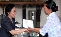 รองประธานประเทศเวียดนาม Nguyễn Thị Doanเยี่ยมเยือนครอบครัวที่อยู่ในเป้านโยบายที่Quảng Trị