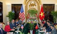 นางฮิลลารี คลินตัน รัฐมนตรีว่าการกระทรวงการต่างประเทศสหรัฐมีการพบปะกับสถานประกอบการเวียดนาม