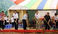 ให้การช่วยเหลือนักเรียนชนกลุ่มน้อยในเขตที่ราบสูงหินด่งวันไปโรงเรียน