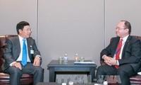 รองนายกรัฐมนตรีฝ่ามบิ่งมิงห์พบปะกับรัฐมนตรีต่างประเทศเอสโตเนียและโรมาเนีย