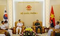 รัฐมนตรีช่วยกระทรวงกลาโหมเวียดนามให้การต้อนรับผู้บัญชาการทหารเรือสาธารณรัฐเกาหลี