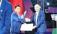 ประธานคณะกรรมการประชาชนกรุงฮานอยได้รับมอบเครื่องอิสริยาภรณ์แห่งสาธารณรัฐอิตาลี