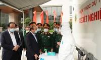 นายกรัฐมนตรี เหงียนซวนฟุ๊ก ตรวจสอบการป้องกันและควบคุมการแพร่ระบาดของโรคโควิด -19 ของกระทรวงกลาโหม