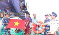 มอบตู้ยาสามัญประจำบ้านและธงชาติให้แก่ชาวประมงในอำเภอเกาะลี้เซิน