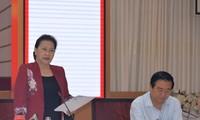 ประธานสภาแห่งชาติเหงียนถิกิมเงินลงพื้นที่พบปะกับผู้นำจังหวัดลองอาน