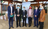 Vietnamese in Czech give face masks to nursing homes