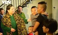 Phó Chủ tịch Thường trực Quốc hội Tòng Thị Phóng thăm và tặng quà người dân vùng lũ Thừa Thiên - Huế