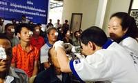 แพทย์เวียดนามผ่าตัดต้อกระจกให้แก่ผู้ป่วยยากจนชาวลาว
