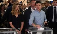 Ukraine election: President Zelensky's party heads for win