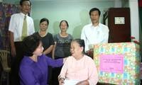 รองประธานรัฐสภาNguyễn Thị Kim Ngân เดินทางไปเยือนครอบครัวที่อยู่ในเป้านโยบายที่เถื่อเทียนเว้