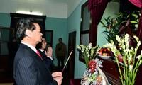 ท่านเหงวียนเติ๊นหยุงนายกรัฐมนตรีเวียดนามจุดธูปรำลึกถึงประธานโฮจิมินห์