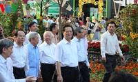 ท่านเหงวียนเติ๊นหยุงนายกรัฐมนตรีเวียดนามเยี่ยมชมถนนบุปผชาตินครโฮจิมินห์