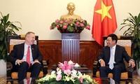 รองนายกรัฐมนตรีเวียดนามฝ่ามบิ่งมินห์ให้การต้อนรับเอกอัครราชทูตสหรัฐประจำเวียดนามเท็ด โอซีอุส
