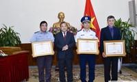 Khen thưởng các tập thể, cá nhân có thành tích xuất sắc trong công tác bảo hộ công dân