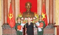 Tổng Bí thư, Chủ tịch nước Nguyễn Phú Trọng trao Quyết định thăng quân hàm cho 2 tướng lĩnh Quân đội