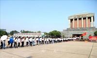 Phục vụ nhân dân vào Lăng viếng Chủ tịch Hồ Chí Minh nhân dịp kỷ niệm 130 năm Ngày sinh của Người