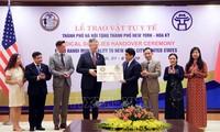 Thành phố Hà Nội trao tặng thành phố New York (Hoa Kỳ) vật tư y tế phòng, chống dịch COVID-19