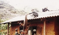 Người Ngái trình tường nhà bằng đất sét trộn rơm