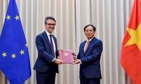 Việt Nam trao các Công hàm cho Liên minh châu Âu thông báo quyết định của Quốc hội phê chuẩn Hiệp định EVFTA và EVIPA