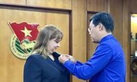 """Trao tặng Kỷ niệm chương """"Vì thế hệ trẻ"""" cho Phó Đại sứ Cuba tại Việt Nam"""