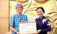 """Trao Kỷ niệm chương """"Vì hòa bình, hữu nghị giữa các dân tộc"""" tặng Đại sứ Tây Ban Nha tại Việt Nam"""