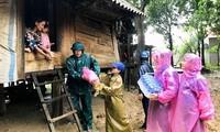 Trung ương Hội Liên hiệp Thanh Niên Việt Nam tặng quà cho nhân dân vùng lũ Quảng Trị