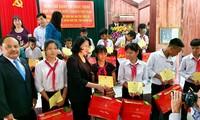 Tặng quà đồng bào nghèo, gia đình chính sách tại tỉnh Quảng Nam