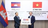 Trao khoản hỗ trợ giúp Campuchia ứng phó với dịch COVID-19