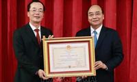 Chủ tịch nước Nguyễn Xuân Phúc trao Huân chương cho nguyên lãnh đạo Bộ Xây dựng