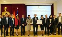 Cộng đồng người Việt và bạn bè Pháp trao tiền ủng hộ Quỹ Vaccine Việt Nam
