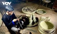 Gìn giữ nghề đan lát truyền thống của đồng bào Mông ở Yên Bái